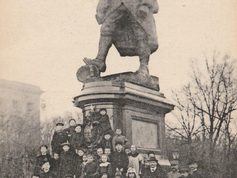 Metz. 8 janvier 1918 (sic). On les a !... Le Poilu à l'Esplanade. Carte postale 1919