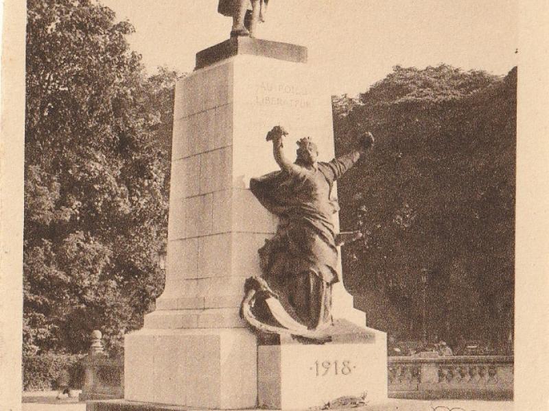 """Metz. Le """"Poilu"""" à l'Esplanade. Carte postale après 1922. Le monnument de Hannaux"""