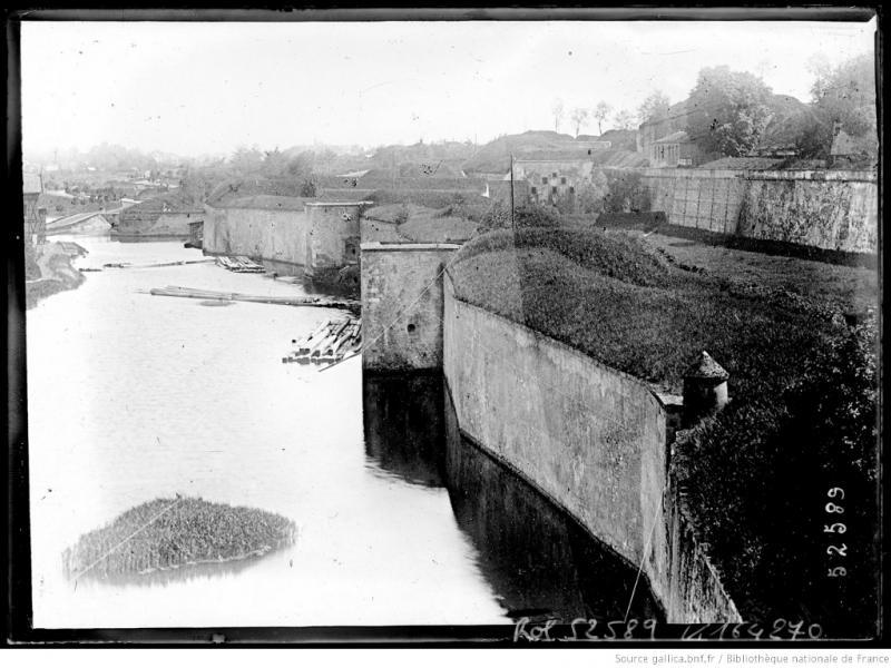 Le rempart de la ville, le long de la Moselle, et celui de la Citadelle (à dr.). Cliché de l'Agence Rol, Bibliothèque Nationale