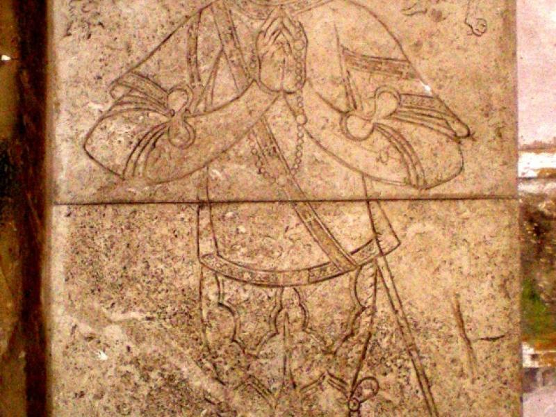 Les Thons. Couvent des Cordeliers. Nef de l'église. Copie de la plaque funéraire de Grégoire du Châtelet. Photo Marc Heilig