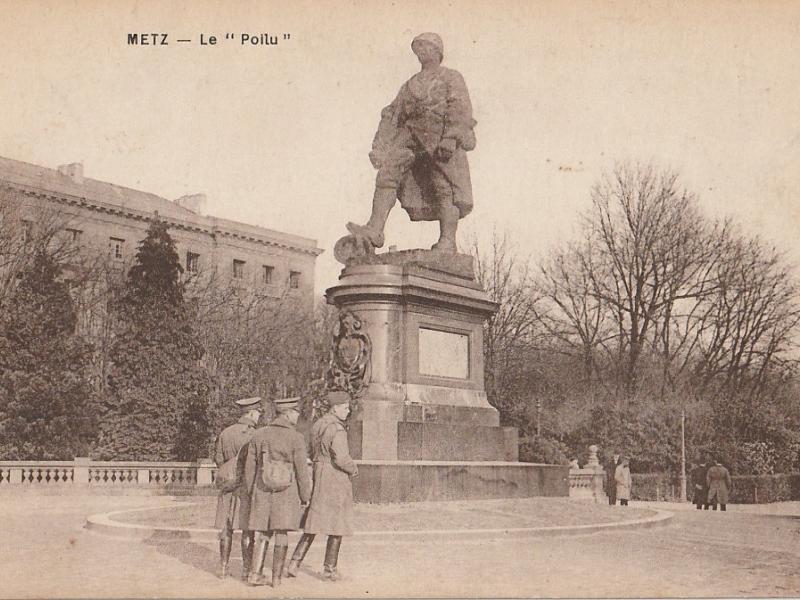 """Metz. Le """"Poilu"""" (au dos, le texte manuscrit : La statue du """"Poilu"""" qui a remplacé celle de Guillaume II (sic). Carte postale 1919"""