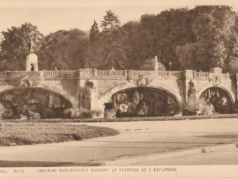 Metz. Fontaine monumentale bordant la terrasse de l'Esplanade. Carte postale après 1922. La statue du Poilu est celle de Hannaux.